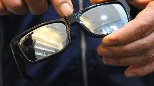 Un vendedor muestra unos lentes equipados con una cámara oculta en una tienda de Incheon en Corea del Sur.