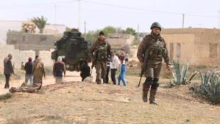 Soldats tunisiens en patrouille, mardi 8 mars, après l'attaque menée lundi par le groupe Etat islamiqueI à Ben Guerdane.