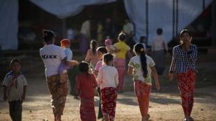 Des personnes déplacées qui ont fui les combats entre les troupes gouvernementales  et des groupes armées ethniques. Photo : 17 novembre 2015.
