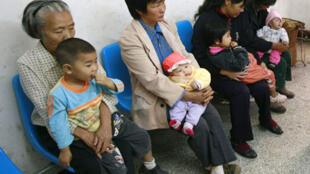 Các bà mẹ có con bị nhiễm độc sữa có melamin đang chờ đợi khám bệnh tại một bệnh viện ở Tứ Xuyên, Trung Quốc.