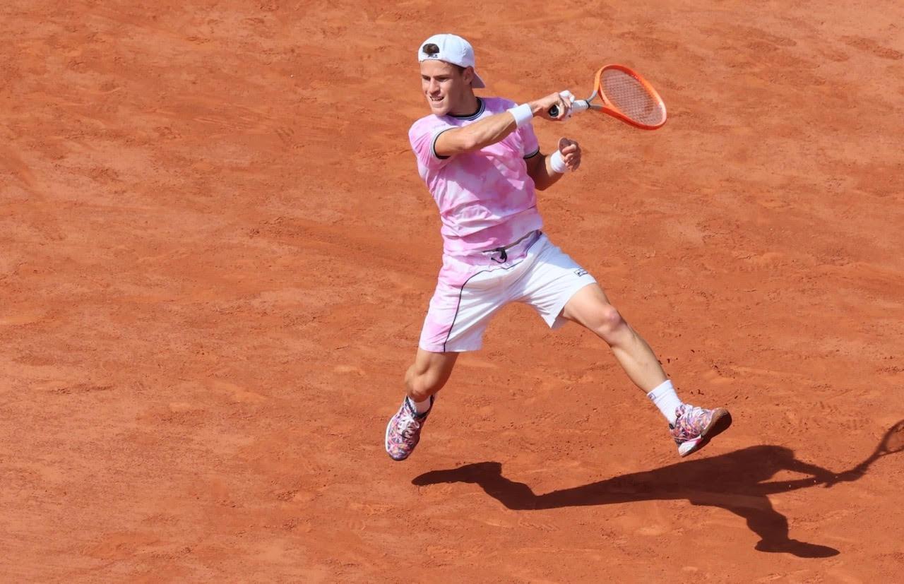 En el segundo set, Schwartzman se defendía de las embestidas del número 3. Resistiendo en ocasiones desde el fondo de la pista. Aprovechó una potente derecha para cerrar la manga y ganar 4-6, poniéndole punto final a una serie de 36 sets ganados por Nadal en Roland Garros de manera consecutiva.
