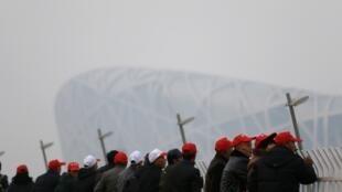 遊客在霧霾中看北京鳥巢體育場2014年11月20日。