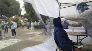 Une tente de dépistage du Covid-19 à Mexico où l'épidémie de Covid-19 fait rage.