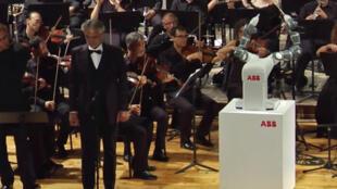 Andrea Boticelli et le robot chef d'orchestre Yumi, sur sa gauche.
