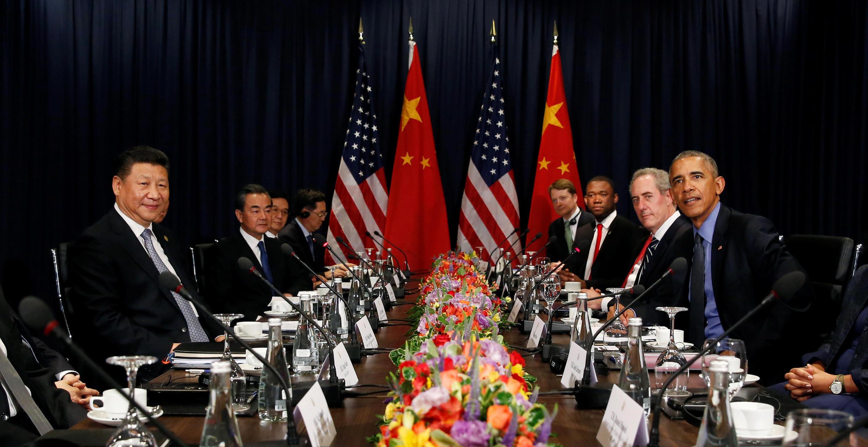 Chủ tịch Trung Quốc Tập Cận Bình (T) và tổng thống Mỹ sắp mãn nhiệm Barack Obama tại thượng đỉnh APEC, Lima, Peru, ngày 19/11/2016.