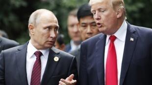 Владимир Путин и Дональд Трамп в ноябре 2017 г. во Вьетнаме.