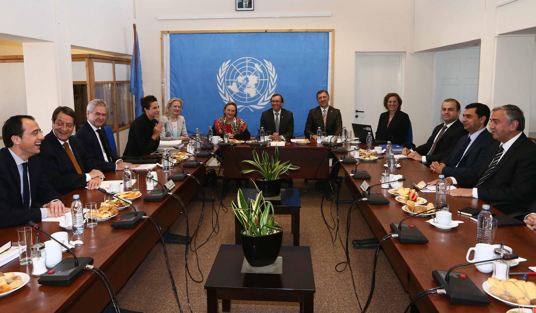 Les deux dirigeants chypriotes et leurs délégations réunis, le 15 mai 2015, sous l'égide de l'ONU pour des négociations sur la réunification de l'île.