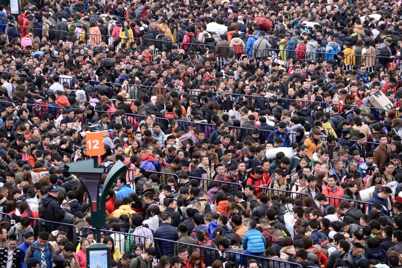 Biển người về quê đón Tết bị mắc kẹt tại ga Quảng Châu ngày 02/02/2016.