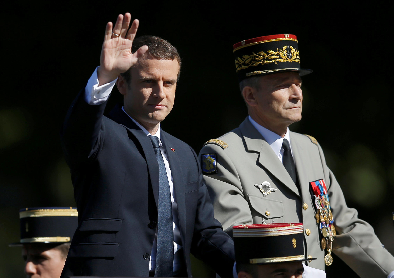 法國總統馬克龍與時任總參謀長德維利耶並肩在國慶閱兵指揮車上   2017年7月14日