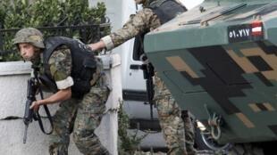 Soldados do exército libanês, no sul do país, enfrentam opositores liderados pelo xeque Ahmad Assir em 23 de junho de 2013.