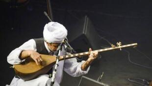 دو تار ایرانی، یکی از سازهای مضرابی موسیقی ایرانی، در زمره قدیمیترین و رایجترین سازهای موسیقی ایرانی است که پیشینهای چند هزار ساله دارد.