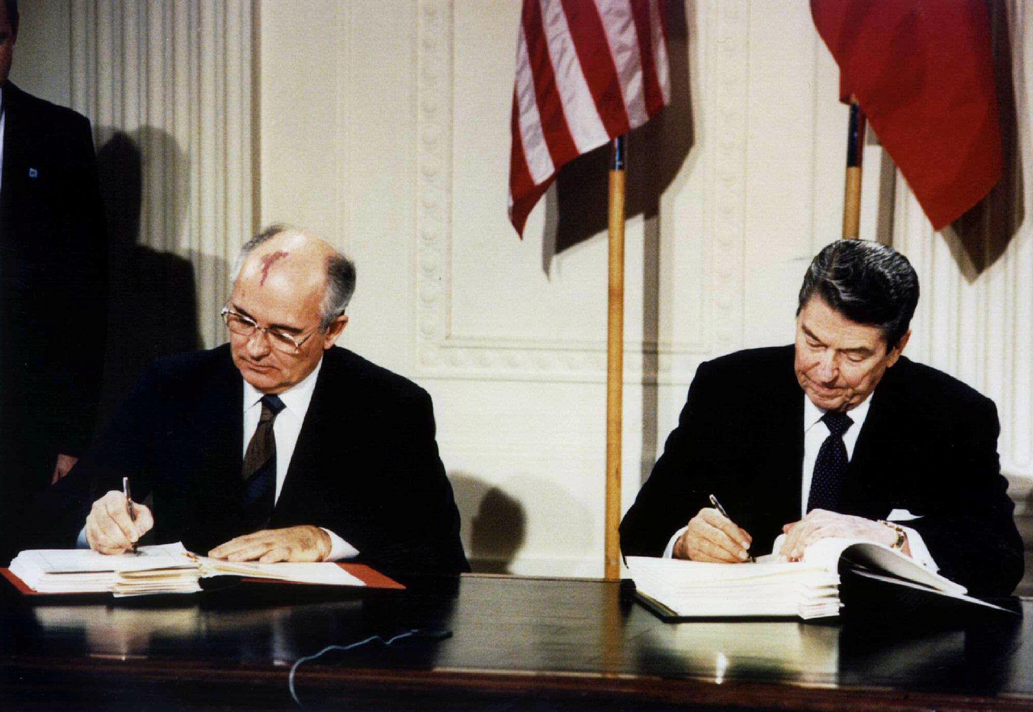 1987 год. Михаил Горбачев и Рональд Рейган подписывают ДРСМД