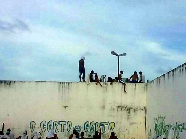 Internos invadiram pavilhões onde rivais estão presos