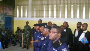 Les cinq policiers accusés du meurtre de Floribert Chebeya. Au premier plan, le colonel Daniel Mukalay, chef adjoint des services spéciaux de la police.