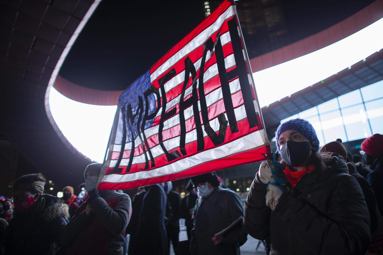 Manifestantes en Nueva York piden el juicio político contra Donald Trump en enero de 2021.
