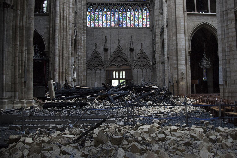 Imagem da nave central da Notre-Dame de Paris após o incêndio.