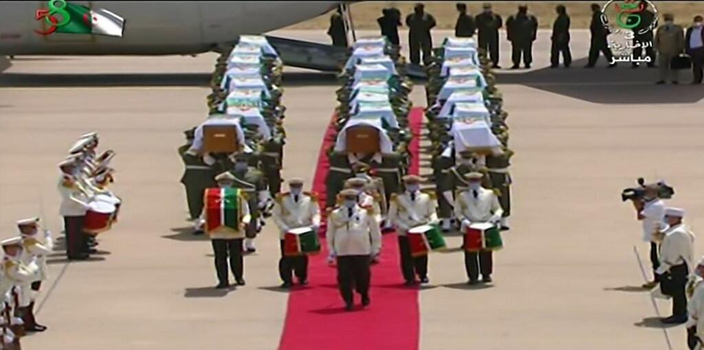Phần còn lại của thi hài 24 chiến binh Algérie, hy sinh thời chống thực dân đầu thế kỷ XIX, trở về thủ đô Alger, ngày 3/7/2020.