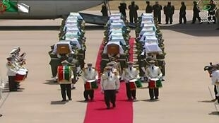 Images de la télévision algérienne montrant les restes de résistants algériens tués lors de la colonisation arrivant à Alger, le 3 juillet 2020.