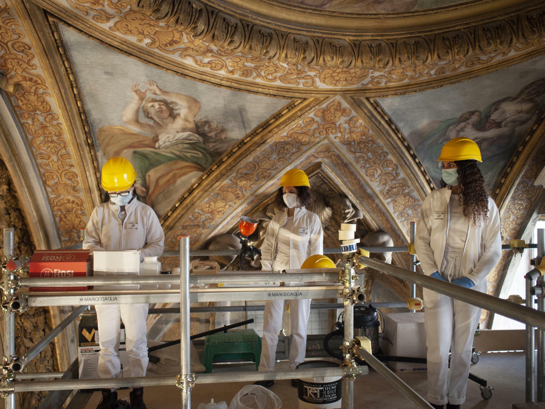 Des étudiants de l'Institut central pour la restauration (Italie) sur l'échafaudage du site éducatif dans la Chiesa di Santa Marta al Collegio Romano, Rome, 2021.