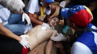 Un manifestante, herido por bala durante un enfrentamiento con las fuerzas del orden en el fronterizo puente Simón Bolívar. Colombia, 23 de febrero de 2019.