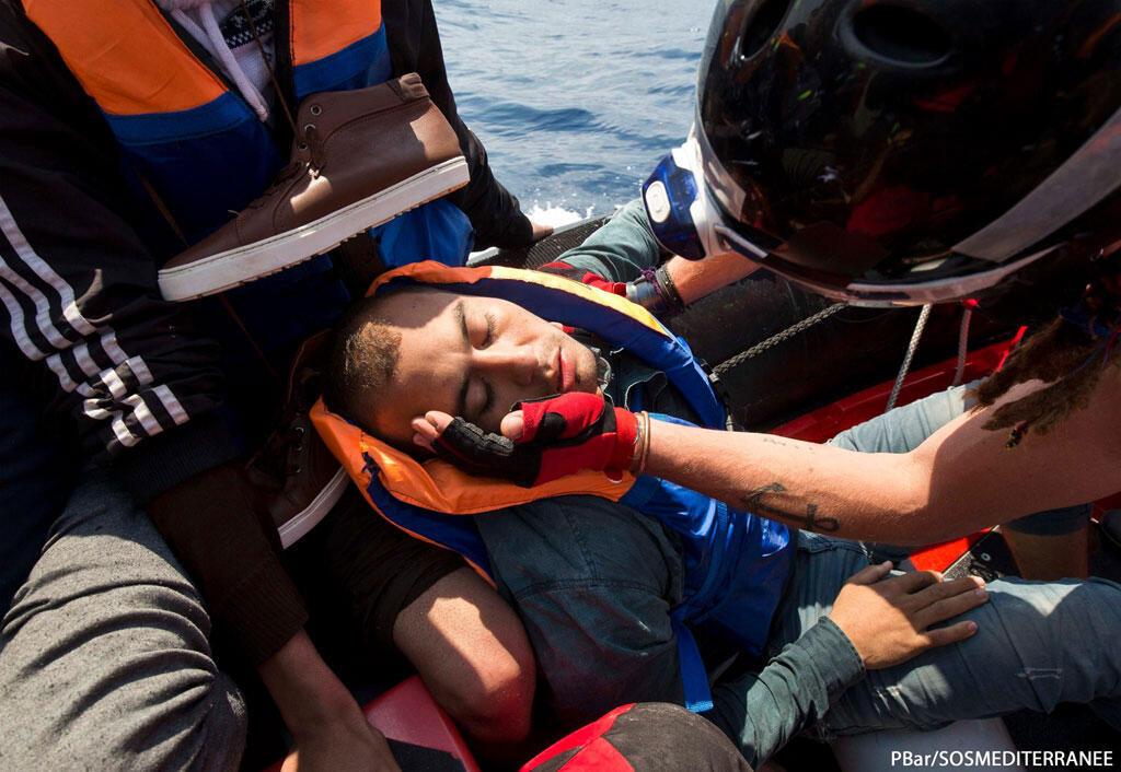 Un migrant réconforté par les bénévoles de SOS Méditerranée. Pourtant, le flot de migrants s'est tari à la frontière.