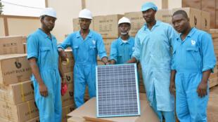 Panneau solaire et des employés de BBOXX à Lomé.
