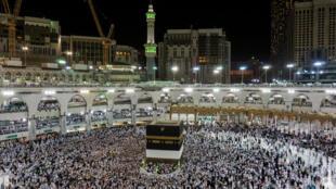 Des fidèles prient dans la Grande mosquée de La Mecque pour le début du Hadj, le 17 août 2018.