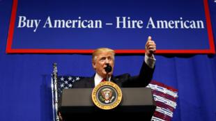 دونالد ترامپ در ایالت ویسکانسین: صدور ویزای حرفهای باید به کسانی اختصاص یابد که «مدارک عالی دارند و برای کارهایی با حقوق بالا» داوطلب میشوند.  ۲۹ فروردین/ ١٨ آوریل٢٠۱٧