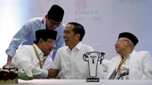 លោក Joko Widodo និងMa'ruf Amin (ខាងស្តាំ) ជជែកជាមួយគូប្រជែងលោក Prabowo Subianto និងលោក Sandiaga Uno ក្នុងពិធីប្រកាសបេក្ខភាពប្រធានាធិបតី