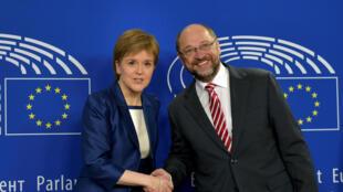 La Première ministre écossaise Nicola Strurgeon accueillie à Bruxelles par le président du Parlement européen Martin Schulz, le 29 juin 2016.