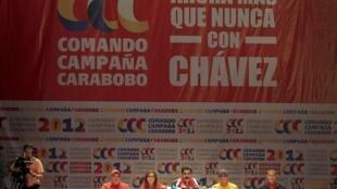 Le vice-président Nicolas Maduro à la tribune du siège du PSUV, dimanche 16 décembre 2012. Au mur, le slogan «Aujourd'hui plus que jamais avec Chavez».