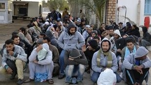 Des travailleurs égyptiens à la frontière tuniso-libyenne attendent des bus pour rentrer dans leur pays. Ras Jdir, le 20 février 2015.