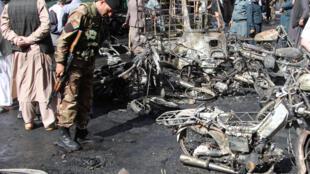 پلیس امنیتی افغانستان در حال بازرسی محل انفجار، در شهر هرات. سه شنبه ۱۶ جوزا-خرداد/ ۶ ژوئن ٢٠۱٧