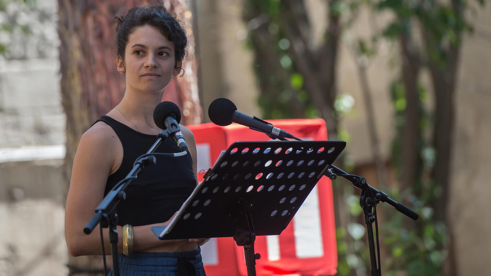 CELLE QUI REGARDE LE MONDE, d'Alexandra Badea. Ça va, ça va le monde! Festival d'Avignon 2019.