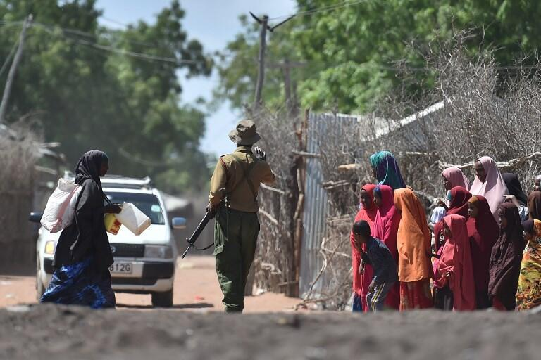 Un policier kényan patrouille dans le camp de Dadaad, le 19 septembre 2017.