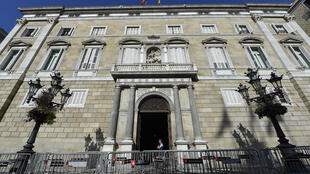 Tribunal de Barcelona determinou que partido do ex-líder da Catalunha, Carles Puigdemont, foi financiado ilegalmente.