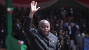 Évariste Ndayishimiye akila kiapo na kuwa Rais mpya wa Burundi, katika uwanja wa soka wa Ingoma, Gitega, Juni 18, 2020.