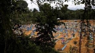 Pandémie de Covid-19 au Brésil: cimetière de Taruma, région de Manaus, Amazonie, le 13 mai 2020.