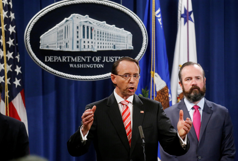 Thứ trưởng bộ Tư Pháp Mỹ Rod Rosenstein thông báo quyết định truy tố 12 nhân viên tình báo Nga vì can thiệp bầu cử Mỹ, Washington ngày 13/07/2018.