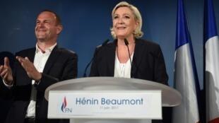 Steeve Briois (g), maire FN de Hénin-Beaumont, et Marine Le Pen, le 11 juin 2017 après l'annonce des résultats du 1er tour des élections législatives.