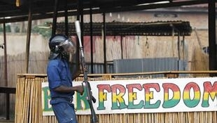 Un policier intervient pour disperser les manifestants à Bujumbura, Burundi.