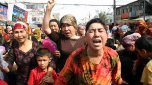 """""""七.五騷亂""""發生後,維族婦女上街抗議警方逮捕她們的男人和兒子(2009年7月7日)"""