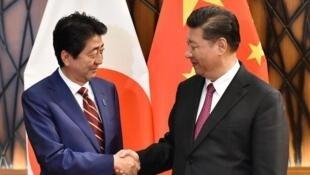 日本首相安倍晋三与中国国家主席习近平2018年10月会见资料图片
