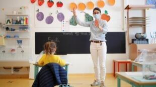 Una maestra des escuela francesa el 12 de mayo.