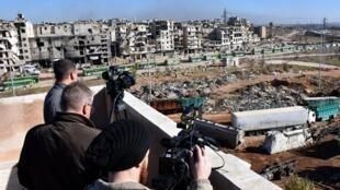 Periodistas filman la evacuación de rebeldes y civiles desde Alepo este, este 15 de Diciembre de 2016.