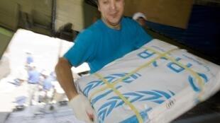 Distribution de l'aide humanitaire et de vivres dans les camps ouzbeks