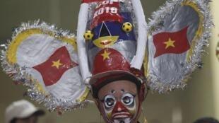 Nỗi thất vọng không thể giấu được của một cổ động viên Việt Nam sau trận Việt Nam - Malaysia  trên sân Mỹ Đình tối 18/12/2010