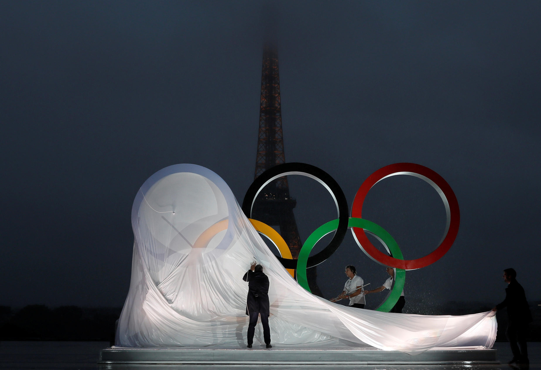 Олимпийские кольца на площади Трокадеро в Париже. 13 сентября 2017