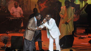 Le chanteur Thione Seck (à gauche), ici au côté de Youssou N'dour lors d'un concert en 2012.