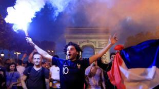 法國對比利時比賽當夜的巴黎球迷